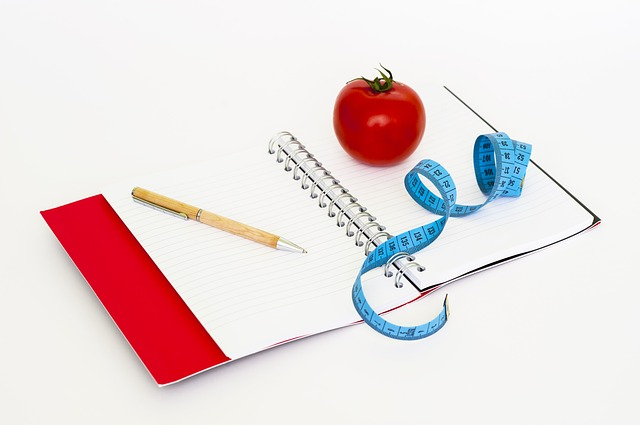 sešit, tužka, rajče, metr
