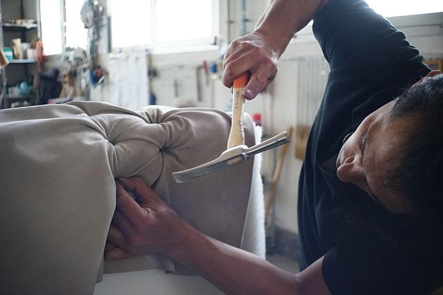 muž, kladivo, výroba sedačky