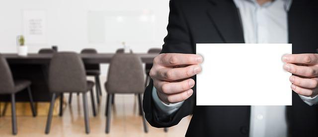 muž s listem papíru