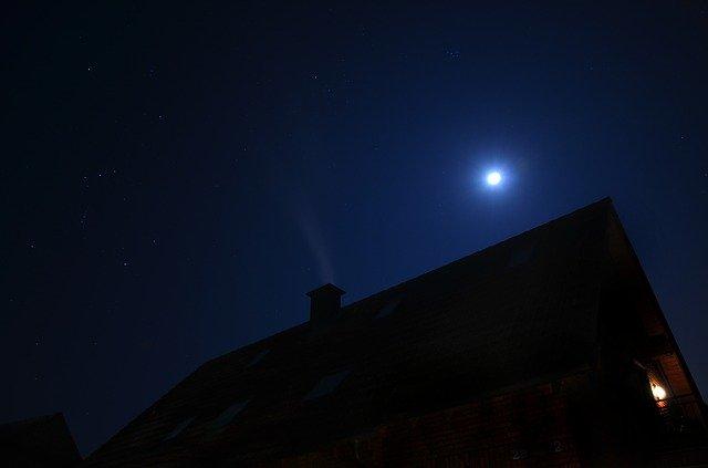 měsíc nad střechou