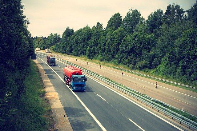 nákladní automobil na dálnici