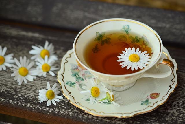 šálek čaje s heřmánkem.jpg