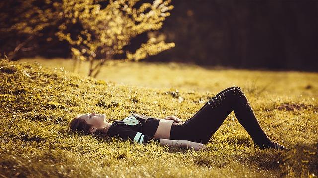 dívka ležící na trávě.jpg