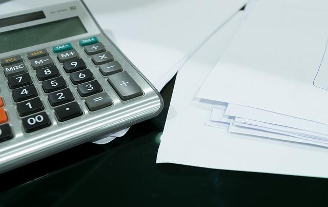 papíry u kalkulačky