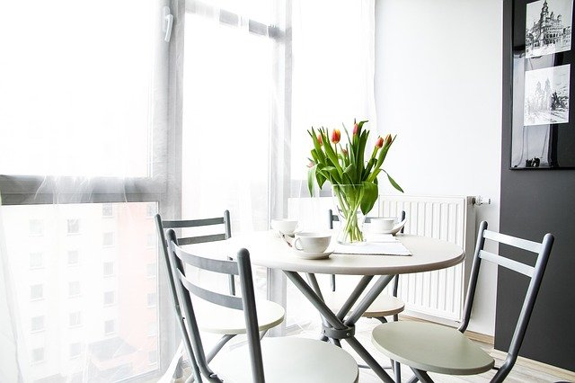 váza na stole
