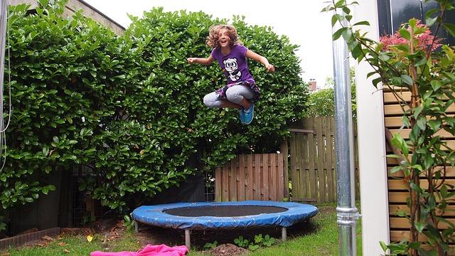 zábava na trampolíně